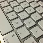 アップルワイヤレスキーボードの手あかをクリーニング